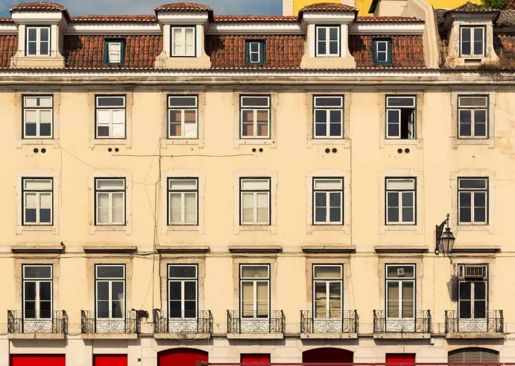 la-facciata-di-un-edificio-condominiale