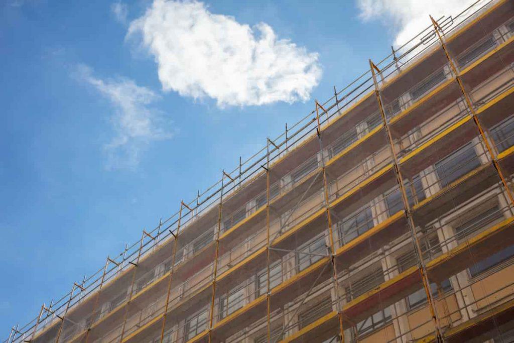 la-facciata-di-un-edificiocondominiale