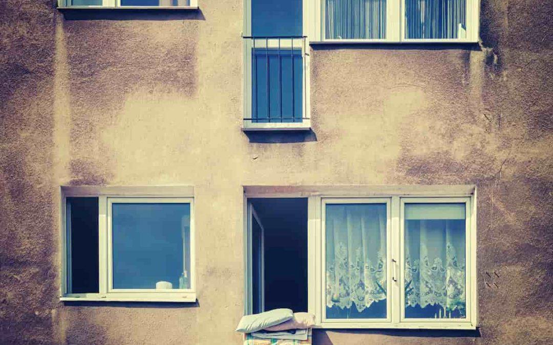 Getto pericoloso di cose in condominio: è lecito sbattere i tappeti dalla finestra o dal balcone?